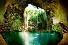 """Muy cerca de la ciudad de Chichen Itza, donde los mayas elevaron el templo de Kukulkan, se ubica un espectáculo natural digno de ser visitado, se trata del cenote Ik Kill. Un cenote es un """"pozo o estanque natural de agua dulce abastecido por un río subterráneo que se forma en numerosos lugares de laLeer Más"""