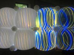 test met projecties op transparante ballonnen rechts en witte links.