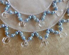 conjunto-cobre-jarra-e-copo-perola-azul-cobre-jarra-em-pedraria Bead Embroidery Tutorial, Beaded Embroidery, Beaded Trim, Fabric Jewelry, Loom Weaving, Doilies, Diy And Crafts, Quilts, Beads
