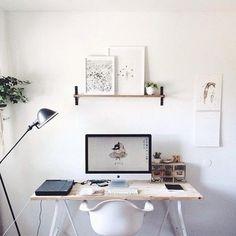 kleiner Schreibtisch an weißer Wand