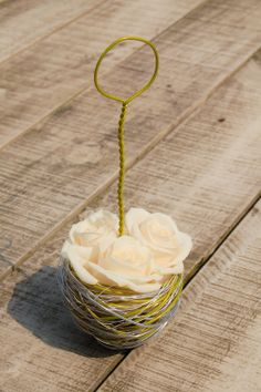 Mandje - boeket bruidsmeisje. Aluminiumdraad met crème witte roos. www.meesterlijkgroen.nl