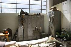 Vintage lockers en lamp in stoere jongenskamer
