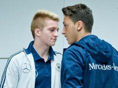 Mesut Özil (r) und Marco Reus stehen gegen Itlaien nicht in der Startelf. Foto: Daniel Karmann