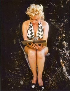 Marylin Monroe reading Ulysses by James Joyce by Eve Arnold, 1954 Marylin Monroe, Marilyn Monroe Fotos, James Joyce, Classic Hollywood, Old Hollywood, Most Beautiful Women, Beautiful People, Stephane Audran, The Misfits