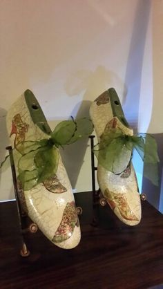Hormas de zapatos con decoupage Wood Crafts, Paper Crafts, Decoupage Art, Old Shoes, Shoe Last, Shoe Tree, Vintage Antiques, Recycling, Projects To Try