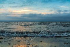 Aufziehende Wetterfront an der Küste, dunkle Wolken am Horizont, wechselhaftes Wetter im Sommerurlaub, Wetterphänomene, Naturgewalten
