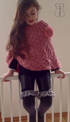 Poncho y calcetines largos hechos a mano.perfecto para todo el año.