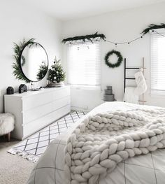 Christmas in the bedroom 2017 Decor for Christmas should definitely .- Kerst in de slaapkamer 2017 Decor voor kerstmis moet zeker zijn weg vinden naar … Christmas in the bedroom 2017 Decor for Christmas should definitely find its way to … - Room Ideas Bedroom, Bedroom Inspo, Cozy Bedroom, Modern Bedroom, Master Bedroom, Bedroom Rugs, Contemporary Bedroom, Decor For Walls, Teen Bedroom