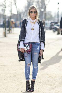 Street Style - Helena Bordon no desfile da Chanel em Paris com camisa branca + jeans destroyed