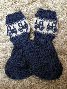 Jouluksi on ollut paljon listalla näitä tontun hommia. Kudottavaa on piisannut toiveiden mukaan. Nyt kuitenkin kaikki lähetettävät toiveet... Knitting Socks, Baby Knitting, Best Baby Socks, Knit Baby Dress, Mittens, Knitting Patterns, Knit Crochet, Gloves, Diagram