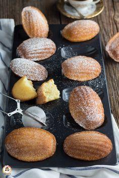 """Le MADELEINE sono dei biscotti francesi, dalla tipica forma a conchiglia e una graziosa """"gobetta"""" in superficie, che ne caratterizza la perfetta riuscita. Conosciuti anche con il nome di Madeleinette o Petit Madeleine, se di forma più piccola. Dei dolcetti soffici e profumati, perfetti da gustare a colazione, inzuppati nel latte, o a merenda con un the caldo. La ricetta è semplicissima, veloce e super collaudata. Infatti, colgo l'occasione per ringraziare zia Pina per questa fantastica ricetta. Quick Recipes, Cooking Recipes, Muffin, Italian Cake, Horchata, Cookies, Cookie Bars, High Tea, Food And Drink"""