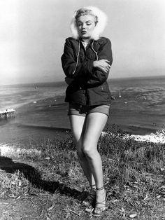 【ELLE】寒いのか、暑いのか……シーズンレスとはこのこと!|ヴィクシーもお手上げ! マリリン・モンローの究極ヘルシールック10|エル・オンライン