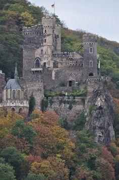 Hier ist eine Festung, die in der Nähe von Köln ist.  Es heißt Rheinstein.