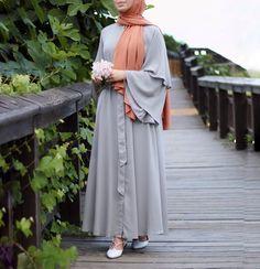 Muslim Women Fashion, Islamic Fashion, Hijab Style Dress, Abaya Style, Hijab Evening Dress, Simple Hijab, Mode Abaya, Mein Style, Muslim Dress