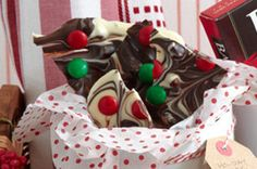 Festive Candy Bark - Red and green candy-covered chocolate pieces make this bark very festive looking. Chocolate Bonbon, White Chocolate Cookies, Chocolate Desserts, Melting Chocolate, Christmas Candy, Christmas Treats, Christmas Baking, Christmas Recipes, Xmas Food