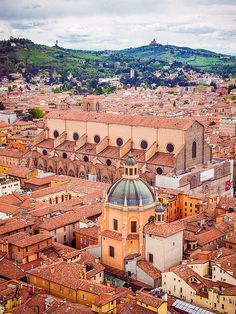 La Basilica di San Petronio, Bologna, Emilia Romagna, Italy. Our tips for 25 places to visit in Italy: http://www.europealacarte.co.uk/blog/2012/01/12/what-to-do-in-italy/