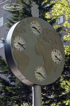 Caracterìsticas: Reloj que representa el globo terraqueo con 4 esferas mostrando la hora de 4 partes diferentes del mundo. Los continentes estan en relieve con el contorno de los paises grabado. La cara trasera también muestra la otra cara del globo terraqueo.