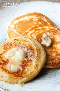 SCOTCH PANCAKES are a teatime classic and this easy recipe proves just how simple they are to make at home. Enjoy them warm, with plenty of melting butter and a dollop of jam . very relaxed and tasty afternoon treat! Scotch Pancakes, Pancakes And Waffles, German Pancakes, Nutella Brownies, Clean Eating Snacks, Healthy Snacks, Drop Scones, Gourmet Recipes, Cooking Recipes