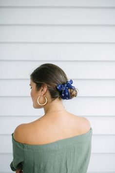 Three Quick Hairstyles Using A Vintage Scarf (a pair & a spare) Hairstyles Over 50, Quick Hairstyles, Scarf Hairstyles, Hair Down Styles, Head Scarf Styles, Good Hair Day, Great Hair, Terrible Haircuts, Scarf Knots