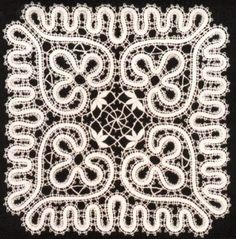 Crochet lace heart doilies 24 Ideas for 2019 Filet Crochet, Crochet Mandala, Crochet Lace, Flower Crochet, Crochet Headband Free, Crochet Baby Bonnet, Hawaiian Quilt Patterns, Bruges Lace, Romanian Lace