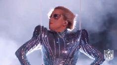 Lady Gaga se lanzó literalmente desde el techo para iniciar su presentación en el Super Bowl