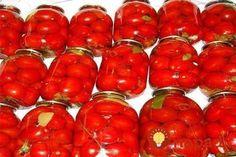 Pripraviť túto pochúťku je pritom celkom jednoduché. Ak nebudete vedieť, čo z domácimi paradajkami, urobte si pár pohárov tejto dobroty aj na zimu. Nakladané paradajky zvládnete za pár minút!