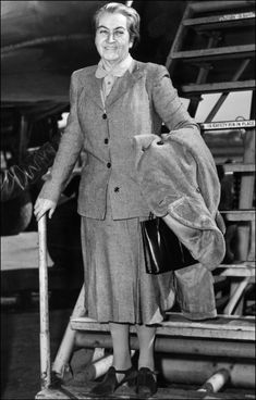 Chilean writer Gabriela Mistral, enroute to Chile arrives at La Guardia AIrport, New York 10 March when returning from London where she received the Litterature Nobel Award. Get premium, high resolution news photos at Getty Images World Teacher Day, World Teachers, Great Women, Amazing Women, Interesting News Articles, Fantasy Character, Hispanic Women, Writers And Poets, Women In History