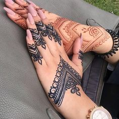 Left or Right?! . . . . . #hennawedding #henna #hennatattoo #hennadesign #mehndi #hennaart #hennaartist #art #love #mehndidesign #hennalove #zurich #hennafun #hennainspo #bridalhenna #mehndiartist #artist #instagram #mehendiart #hennaparty #beautiful #instaart #mendhi #tattoo #instalike #instahenna #mehendi #hennainspire #instapic #hennaworld