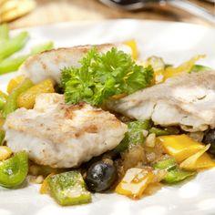 Fisch waschen, trocken tupfen, in grobe Stücke schneiden und mit Zitronensaft beträufeln. Ziehen lassen. Paprikaschoten waschen und grob würfeln....