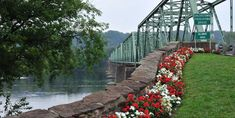 Bridge over Delaware River- and 49 other places to visit Montañas Blue Ridge, Blue Ridge Mountains, Beautiful Homes, Beautiful Places, House Beautiful, Amazing Places, Vacation Spots, Vacation Ideas, Vacation Places