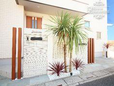 Gate Post, Modern House Facades, California Style, Facade House, Garden Inspiration, Pergola, Planters, Exterior, Outdoor Structures