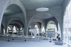 Sala de lectura de la Biblioteca Tama Art University de Tokio.