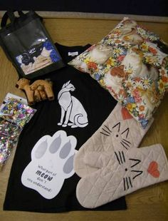 ok in this pic...i paint the shirt and oven mitts, made the pillow and bought a few other items for this cat swap!!!