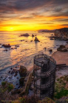 Escalier vers nul part, Pismo Beach, Californie. (Staircase to nowhere, Pismo Beach, California) Places Around The World, Oh The Places You'll Go, Places To Travel, Places To Visit, Around The Worlds, Voyager C'est Vivre, House In The Woods, Abandoned Places, Abandoned Buildings