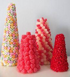 Macarons, balas, donuts e trufa são algumas das opções divertidas e gostosas para você decorar a mesa de doces ou até substituir o bolo
