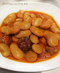 judiones, Judiones estofados INGREDIENTES para 6 personas 1/2 kg de judiones de la Granja100 gr de jamón serrano2 morcillas2 tiras de tocino veteado1 chorizo1/2 vaso de aceite de oliva1 cebolla2 tomates maduros3 dientes de ajo1 cucharadita de pimentón1 hoja de laurelSal ELABORACIÓN Ponemos en remojo los judiones cubiertos generosamente agua desde la noche anterior.Los ponemos en una olla cubiertos de un agua limpia con el pimentón. Incorporamos la cebolla y tomates cortados en cuartos y…