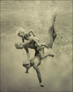 Esther Williams and family ~ underwater swimming Images Vintage, Photo Vintage, Vintage Swim, Vintage Designs, Photos Sous-marines, Pictures, Vintage Photography, Art Photography, Street Photography