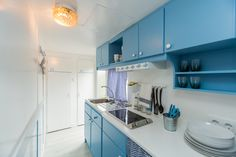 Mobil Home de alquiler en el camping situado en la Costa Dorada. Kitchen Cabinets, Navy, Home Decor, Single Beds, Single Wide, Camper Van, Photo Galleries, Hale Navy, Decoration Home
