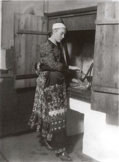 Matyó menyecske főz a kemence szájánál levő padkán, 1931. Folk Music, Eastern Europe, Old Pictures, Fashion History, Historical Photos, Hungary, Budapest, 1930s, Costume