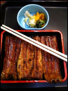 Best breakfast I ever had in Tokyo at Tsukiji fish market at seven a.m. Grilled eel, rice, and oshinko. (Photographs and captions by Martha Stewart)|築地のうな重