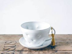 Delicada taza de cerámica blanca y platillo, hecho a mano y decorada con efecto almohada / taza de té y cerámica de la taza / blanco