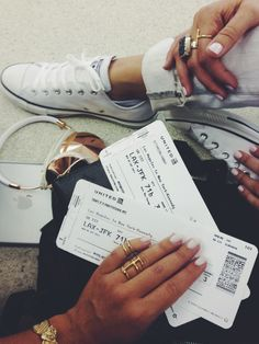 It's #traveltuesday, and we're loving this blogger's airport style. Via NatashaOakleyBlog.com