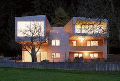 Mit Holz teilt man sich die Freude des Wohnens unter einem gemeinsamen Dach gern. Ein Mehrfamilienhaus aus Holz. Verdichtete Bauweise aus Holz.