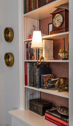 Bookshelf Lighting, Bookshelf Styling, Library Lighting, Bookshelf Inspiration, Room Inspiration, Small Bookshelf, Bookshelf Wall, Bookshelf Ideas, Vintage Bookshelf