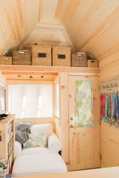 Could you live in a 234 sq ft tiny home? Interview with a tiny home owner where she shares her downsizing tips and how she simplified to live a more joyful life! | Tiny Homes