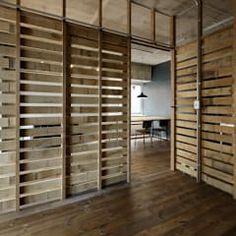 元浅草の住居: 蘆田暢人建築設計事務所 Ashida Architect & Associatesが手掛けた壁・フローリングです。