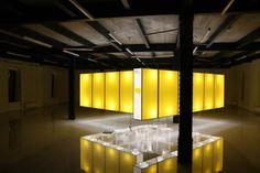 Architektonicko dizajnérsky koncept pre medzinárodnú prezentáciu súčasnej architektúry na východe Slovenska bol postavený na 20veľkoformátových svetelných paneloch levitujúcich nad zemou, vytvárajúcich uzavretý intímny priestor– kocku– asociujúcu minimálny dom. Koncept sme aplikovali vKošickom Kulturparku, Bratislavskej DesignFactory, Pražskej Galérii Jaroslava Frágnera a Budapeštianskej FUGA Gallery.