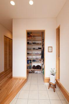 玄関:ご家族5人分の履き物をまかなう大容量シューズクローク。