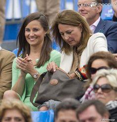 Pippa Middleton, avec 900 euros de Cashmere by Tania sur le dos, regardait le 13 juin 2013 avec sa mère Carole la fin du match Andy Murray - Nicolas Mahut, lors du tournoi du Queen's, à Londres.