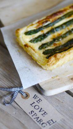 Grüner Spargel meets knusprigen Blätterteig - ein oberleckeres Tarterezept. Asparagus meets crispy pastry dough. Yum!